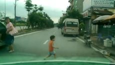 Cậu bé sang đường đột ngột suýt bị ô tô đâm làm người xem thót tim