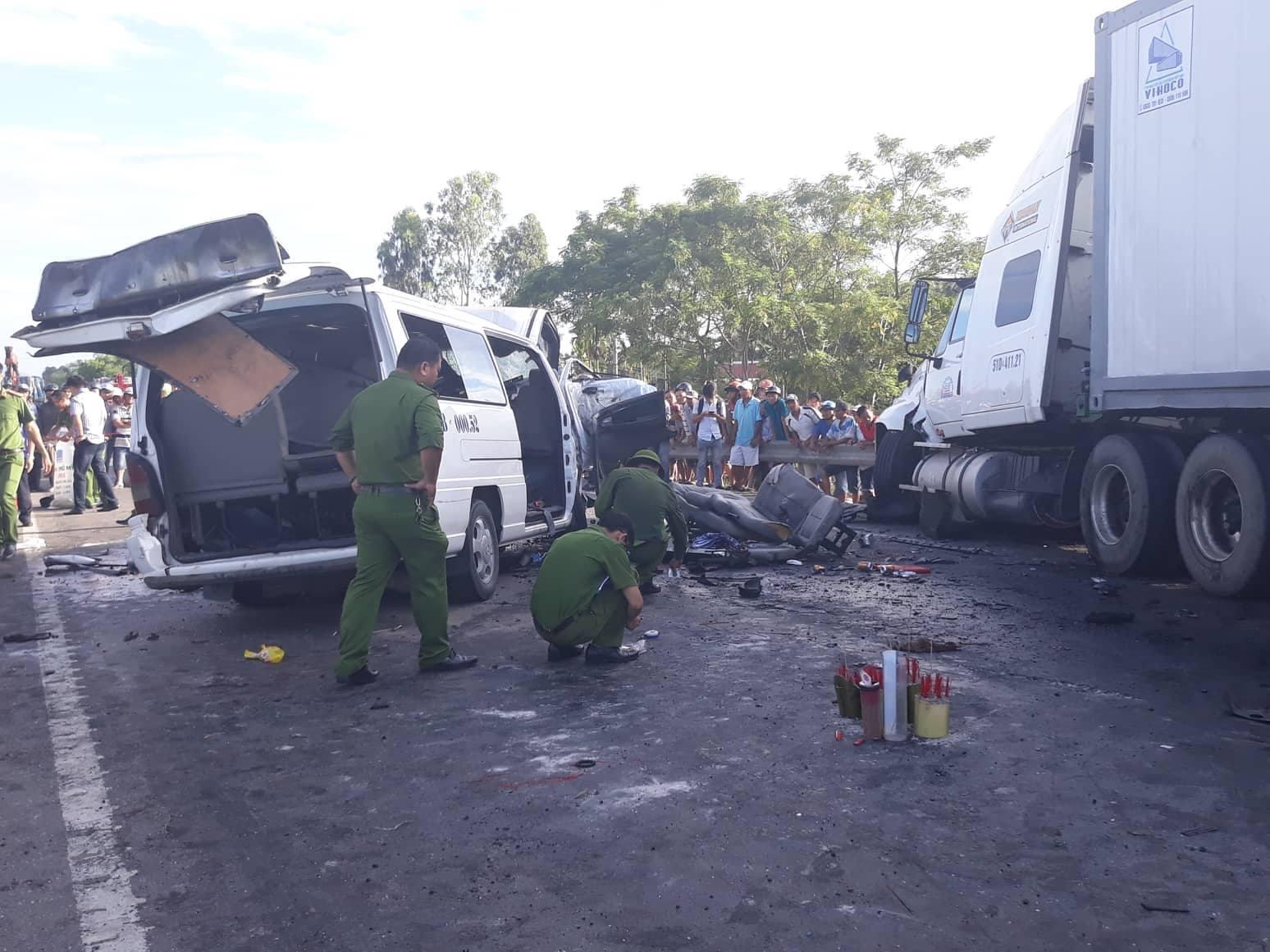 Chú rể và 12 người đi rước dâu tử vong khi xe khách đâm xe container