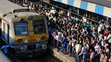Du khách 'ngạt thở' khi trải nghiệm đi tàu ở Ấn Độ giờ cao điểm
