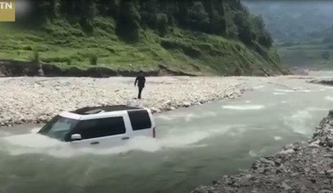 Tiếc tiền rửa xe, tài xế mang Land Rover ra sông tự rửa và cái kết đắng