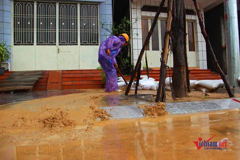 Lũ bùn ngập nhà dân, tràn ra vịnh Hạ Long sau mưa lớn