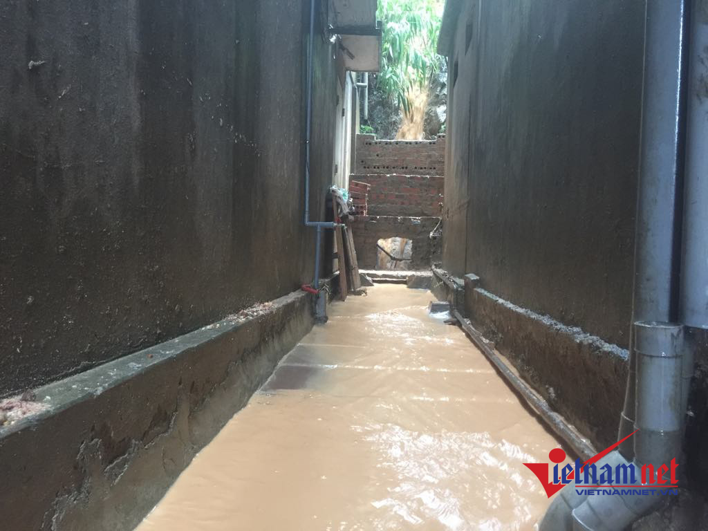 Hạ Long: Đứng ngồi không yên vì 'lũ bùn' tràn vào nhà dân