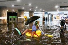 Ga tàu điện ngầm ngập nước, dân háo hức bơi lội