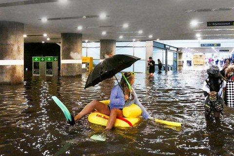 Ga tàu ngập nước, dân Thuỵ Điển vui sướng bơi lội