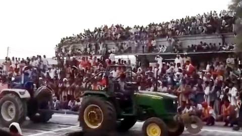 Mái khán đài bất thần đổ sụp, hàng trăm người kinh hồn bạt vía