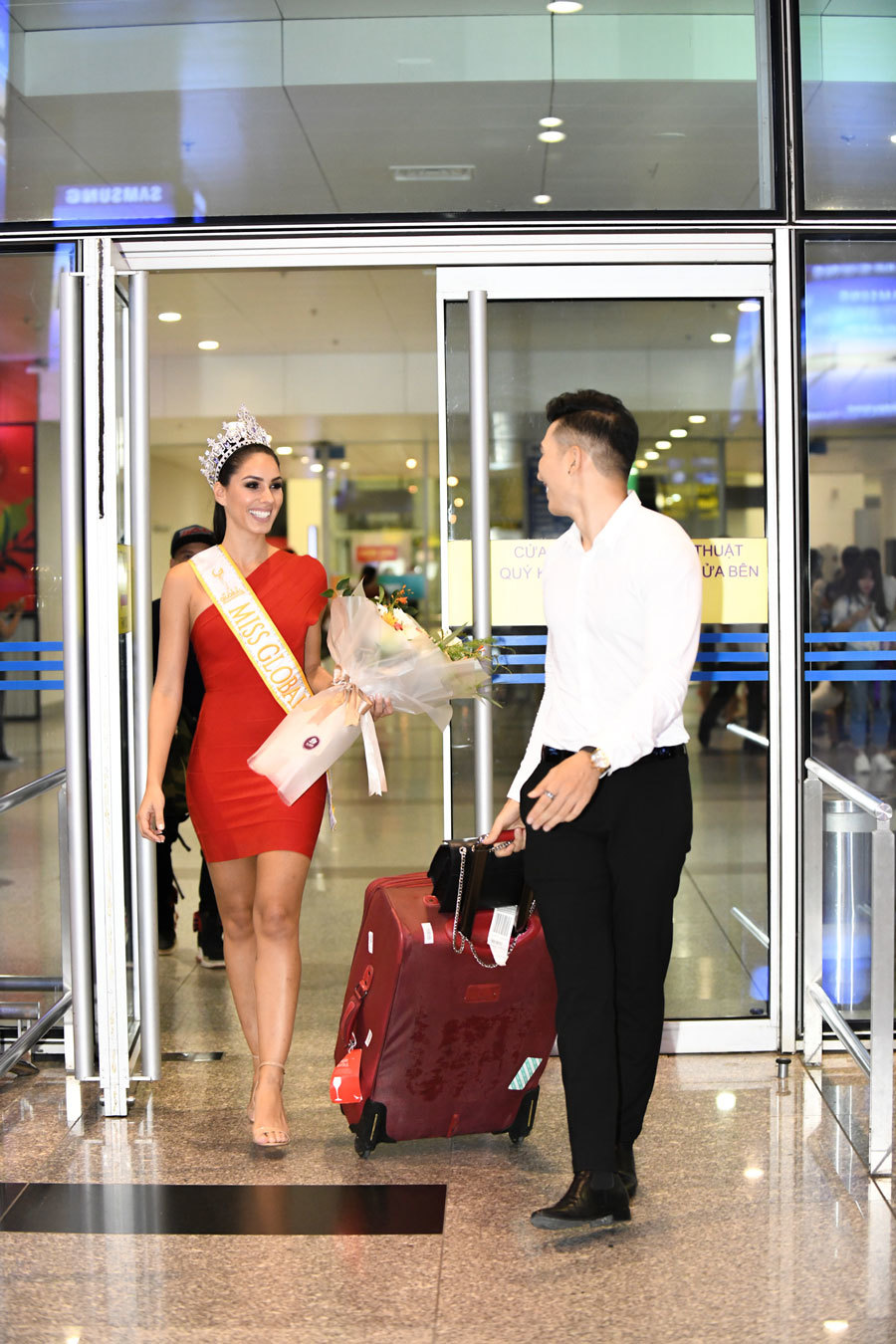 Nam vương Ngọc Tình thân mật với Hoa hậu Quốc tế tại sân bay