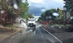 Tài xế xe tải bị sa thải vì làm nước bắn lên người đi đường