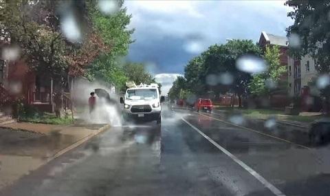 tài xế xe tải bị sa thải vì bắn nước lên người đi bộ