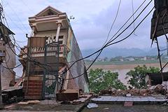 Nhà cao tầng đổ nhào xuống sông Đà: Sơ tán dân khẩn cấp