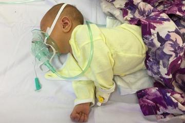 Bé trai 6 ngày tuổi chết oan vì bị cắt rốn bằng kéo tại nhà
