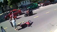 """Khách """"Tây"""" đẩy, chửi cậu học sinh sang đường không quan sát"""