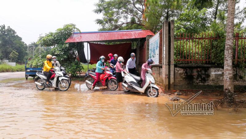 CSGT Hà Nội dùng xe bán tải chở người dân vượt đường ngập