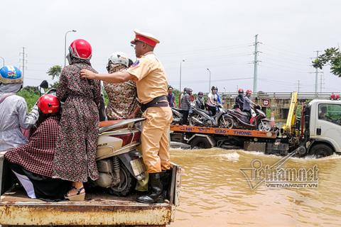 CSGT giúp nhân dân qua chỗ ngập