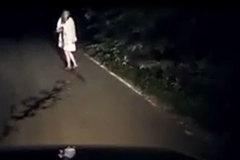 Lái xe đêm, tài xế chết khiếp gặp bóng người áo trắng hiện ra trước mặt