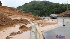 Quảng Ninh: Đất đá thi nhau tràn xuống, quốc lộ quánh đặc bùn