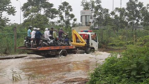 CSGT Hà Nội hỗ trợ người dân