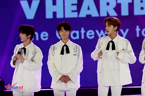 Hoa Vinh hát hit 70 triệu view trước 2.000 khán giả