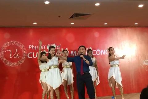 Ông Lê Đăng Dũng biểu diễn ca khúc Nơi này có anh của Sơn Tùng M-TP