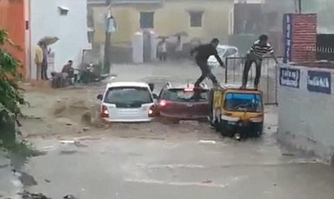 Thoát khỏi ôtô trong tích tắc trước khi bị lũ cuốn trôi