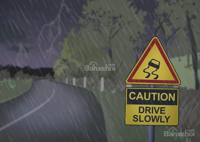 Tổng hợp mẹo lái xe an toàn trong thời tiết mưa giông sấm sét