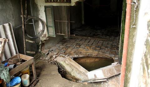 Hố sụt làm nghiêng nhà, ngàn hộ bị cắt điện