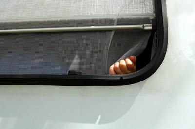 Hai em bé tử vong vì chui vào ô tô của chú, mắc kẹt suốt 7 giờ