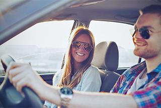 Bạn gái ngồi cạnh ghế lái nói liên hồi: Độc chiêu chống buồn ngủ của tái xế