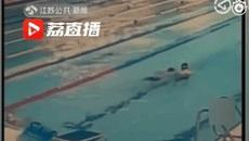 Khách Trung Quốc đi vệ sinh ngay giữa bể bơi công cộng