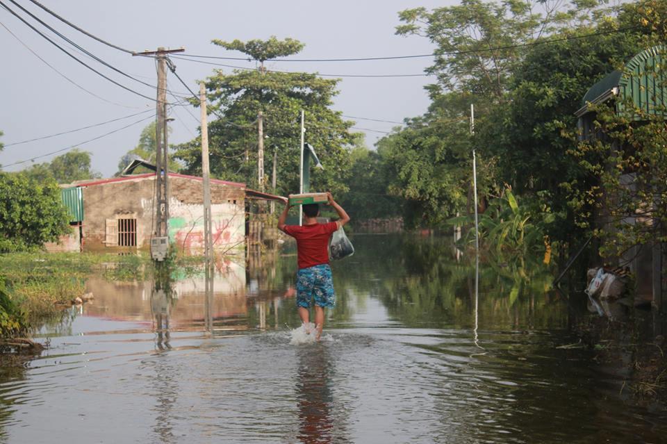 Lụt lịch sử ở Chương Mỹ: Bơi thuyền tiếp tế thức ăn, lở loét vì lội nước