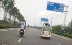 Cảnh sát TQ đu nóc xe vi phạm hơn chục cây số