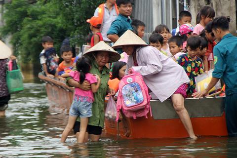 Hà Nội: Rùng mình nhìn cảnh học sinh leo cây, trèo 5 nóc nhà đi học ngày lũ