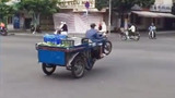 Chàng thanh niên bán hoa quả bốc đầu xe khi sang đường