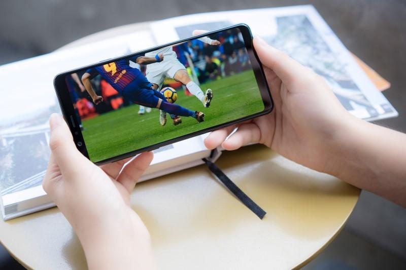 Đánh giá màn hình tràn viền khủng nhất 6.3 inch của Galaxy A8 Star