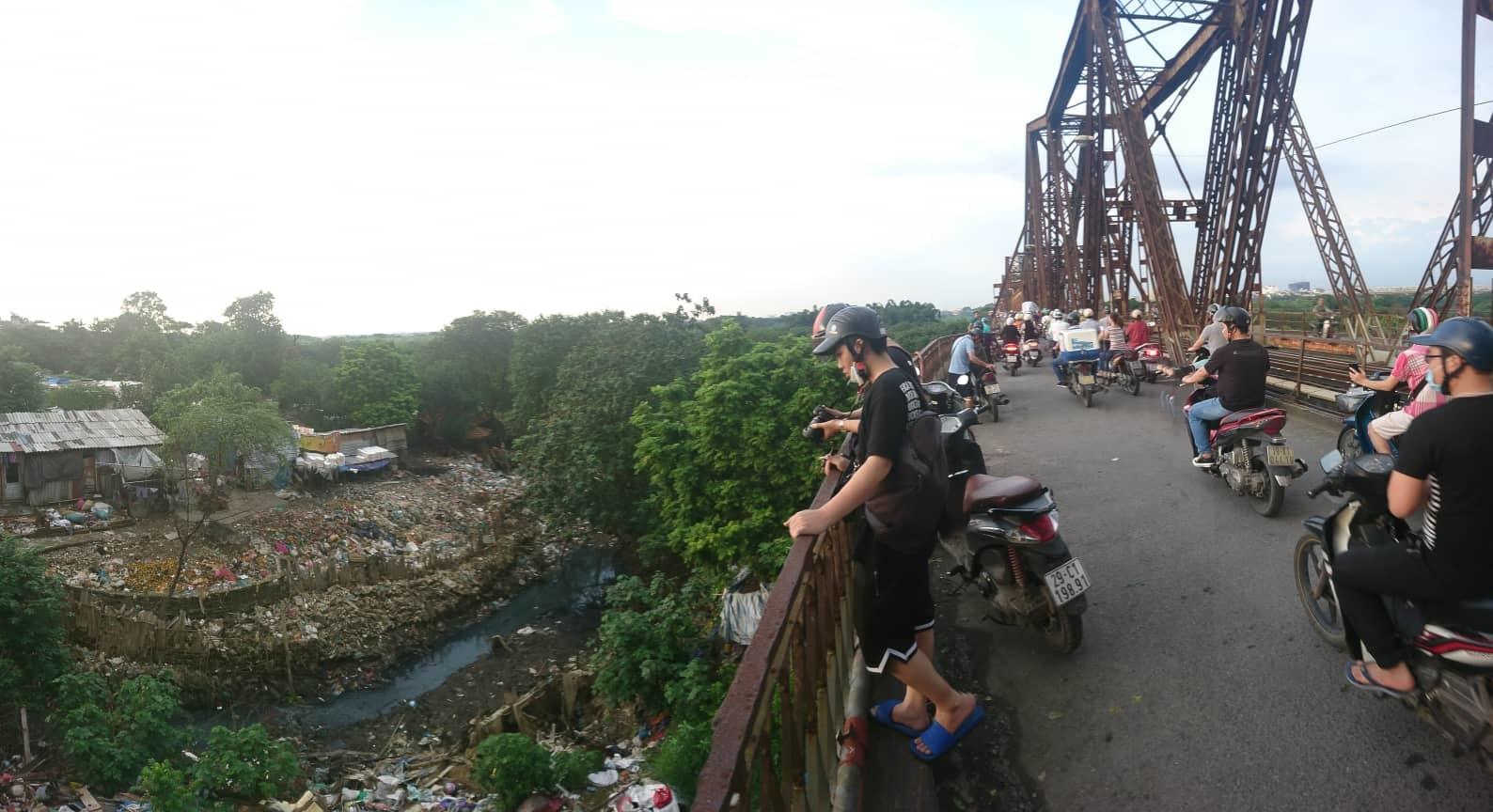 Rác chồng chất nhìn là ngất dưới chân cầu Long Biên