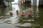 Rốn lũ Quốc Oai: Thỏa sức chèo thuyền, bơi lội vẫy vùng khắp đường làng