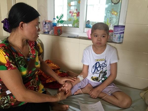 Những cơn 'vật thuốc' đầy đau đớn của cậu bé mắc bệnh ung thư máu