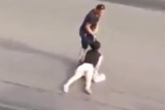 Người đàn ông túm tóc phụ nữ lôi qua đường trong sự thờ ơ của người đi đường