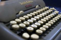 """Cả thành phố phải dùng máy đánh chữ vì máy tính bị """"bắt cóc"""""""