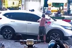 Cụ ông đổ sơn đỏ lên ôtô trắng đỗ trước nhà gây tranh cãi