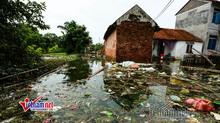 Lụt ở Chương Mỹ: Khốn đốn rác tràn vào nhà, vớt mỏi tay không hết