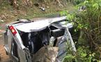 Tảng đá lớn rơi trúng nóc ô tô, 5 người bị thương nặng