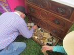 Mua chiếc tủ cũ, người đàn ông choáng váng với kho báu vàng ròng bên trong