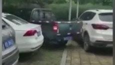 Choáng với clip xe bán tải đâm liên tiếp 11 lần vào xe đỗ chắn đường