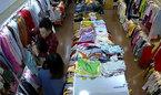 Tên cướp đi cùng cô gái đâm tới tấp nhân viên bán quần áo