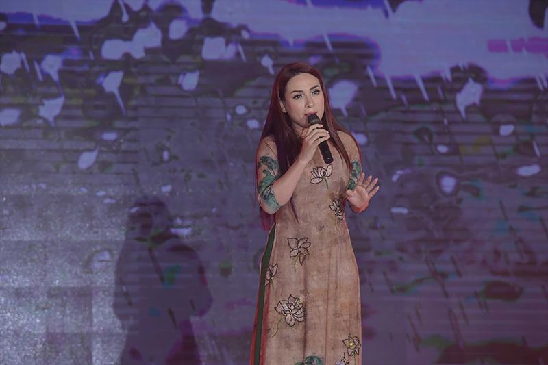 Phi Nhung rưng rưng nước mắt khi hát mẹ