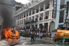 Sa Pa: Phun cả xe hút bể phốt cứu ô tô đang cháy ngùn ngụt