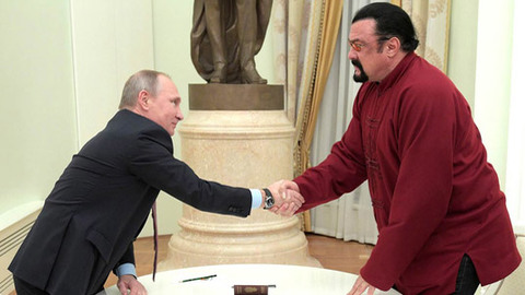 Putin trao hộ chiếu Nga cho Steven Seagal