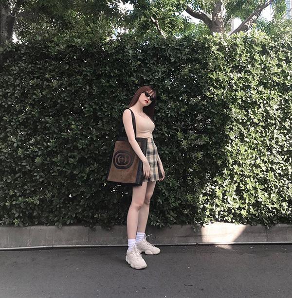 Angela Phương Trinh hở bạo với quần trong suốt