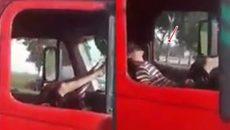 Choáng với hình ảnh tài xế container ngủ ngon lành khi xe đang chạy