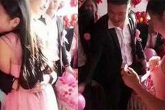 Chú rể ôm chặt phù dâu xinh đẹp, cô dâu tức giận đòi hủy hôn ngay tại đám cưới